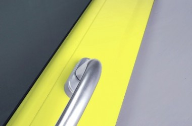 Okna żółte, niebieskie, w nietypowych kształtach