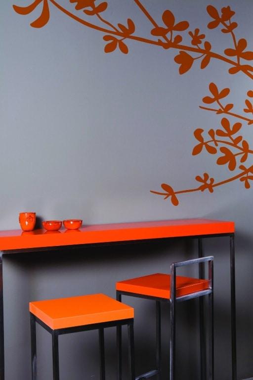 Szara ściana w kuchni i pomarańczowy stolik