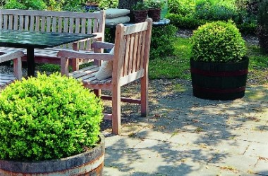 Drewniane meble ogrodowe – jak je pielęgnować