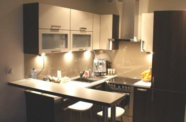 Ściany w kuchni; tapeta czy szkło nad blatem
