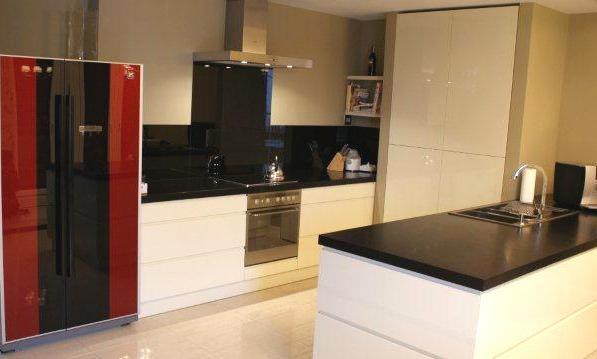 Biało-czarna kuchnia z lakierowanego MDF-u. MM Kuchnie, projekt Quadrat