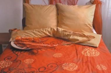 Pomarańczowe tkaniny na łóżko