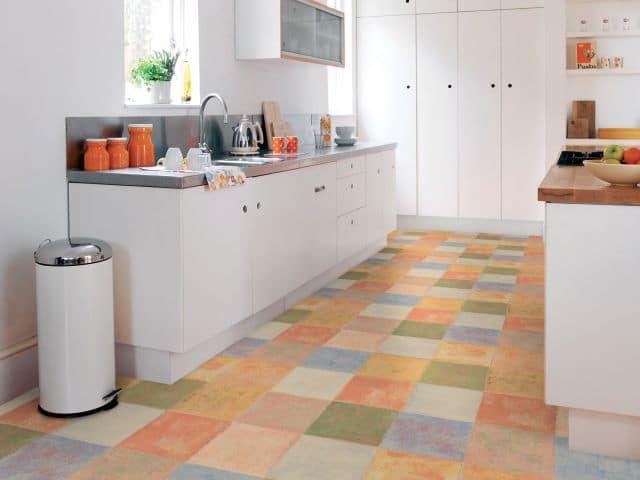 W białej kuchni na podłogę wybrano wykładzinę elastyczną Havana Komfort