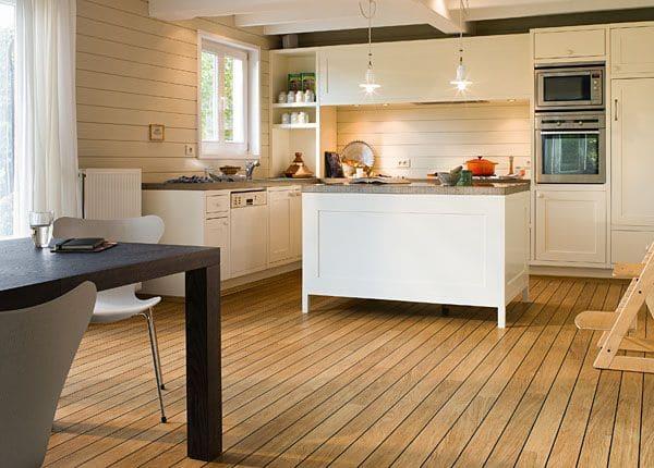 Podłogi laminowane z serii Lagune firmy Quick-Step zastosowane w kuchni
