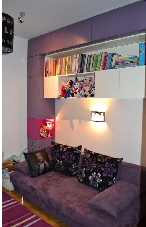 Fiolet w pokoju zaprojektowanym przez Studio Qubatura