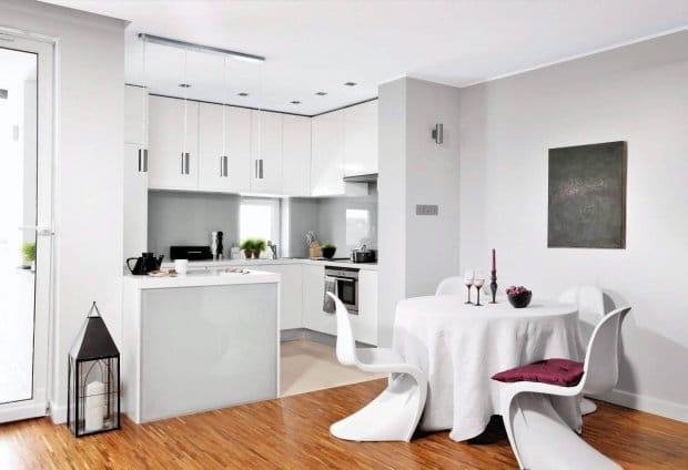 Biała kuchnia, otwarta na pokój - fot. Cztery Kąty