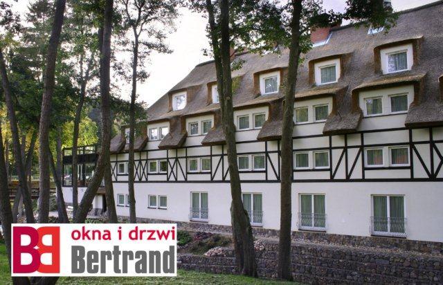 Budynek z oknami firmy Bertrand
