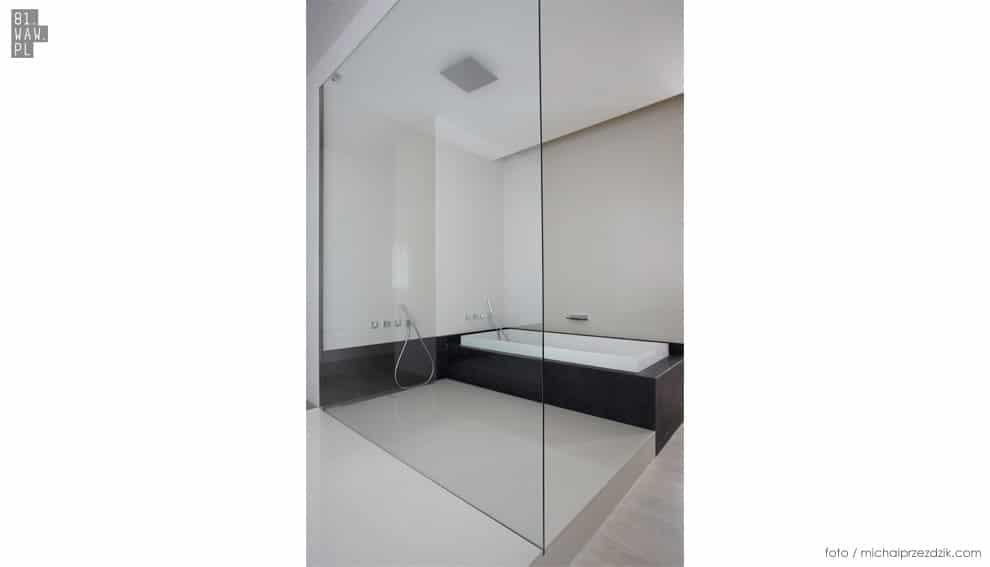 Wanna i prysznic w łazience połączonej z sypialnią