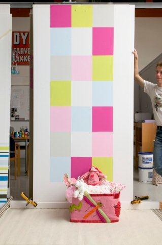 Barwna szachownica - dekoracja ściany wykonana farbami Bondex