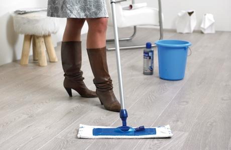 Mop z mikrowłókien do mycia paneli laminowanych. Fot. Quick Step