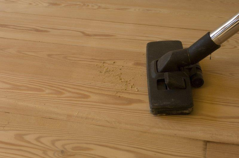 przed lakierowaniem należy całkowicie odpylić podłogę - fot. Domalux