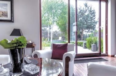 Salon z dużymi przeszkleniami; pomysł na drzwi balkonowe