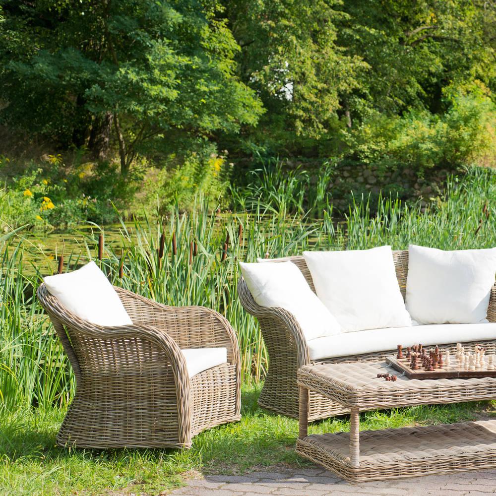 Drewno, metal, a może plastik – jakie meble ogrodowe wybrać