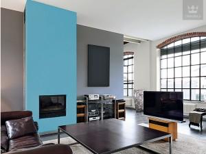Kominek w salonie wyeksponowany kolorem - niebieska farba marki Tikkurila