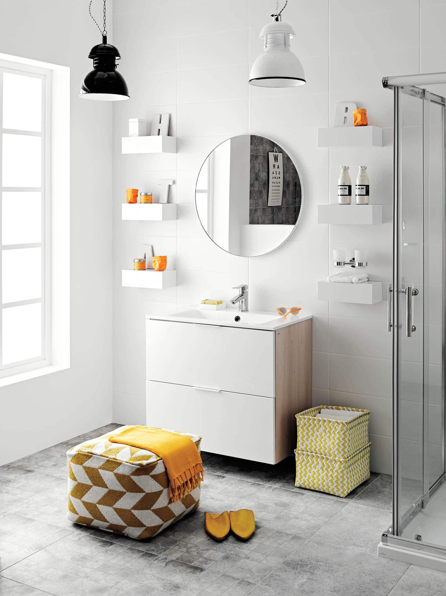 Łazienka w bieli z żółtymi dodatkami