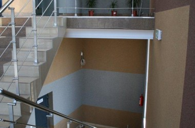 Ściana na klatce schodowej – czym wykończyć