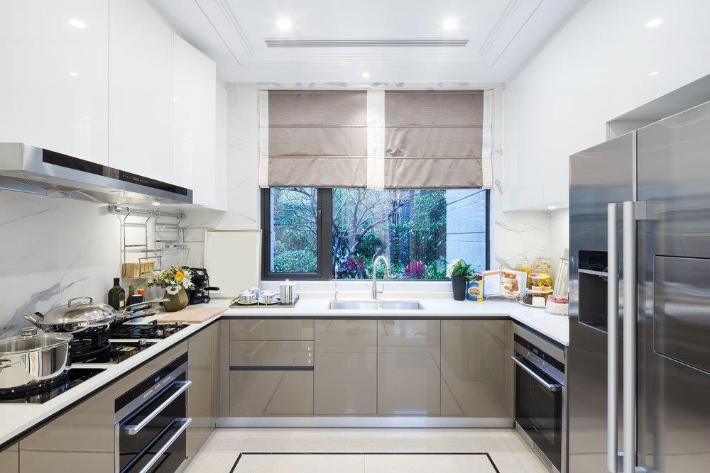 Jasne kolory w kuchni urządzonej w kszatłcie litery U