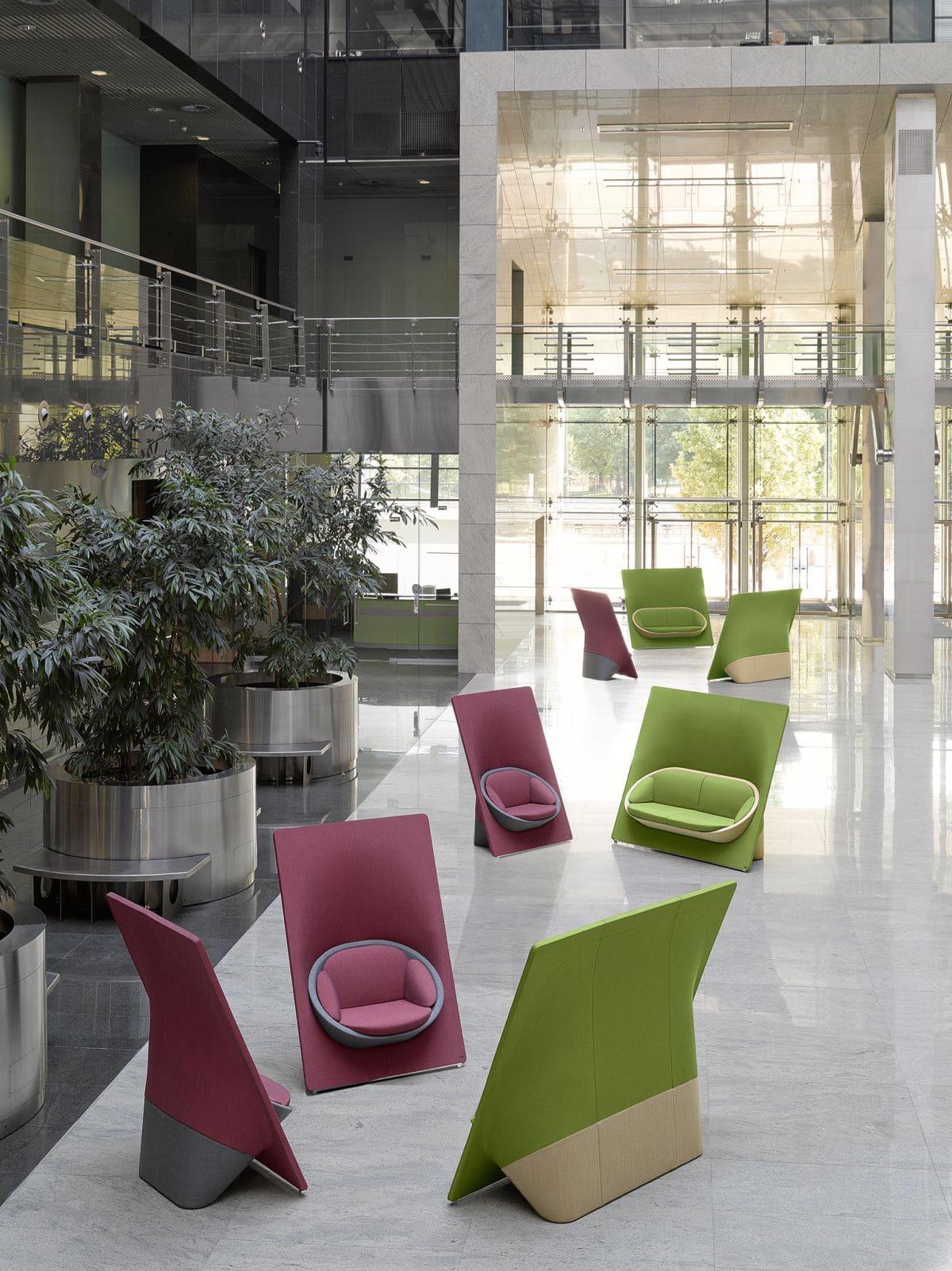 Zieleń i kolor malinowy w przestrzeni biurowej -Everspace Profim