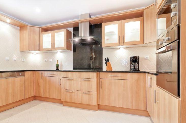 Klasyczna kuchnia z dodatkowym oświetleniem punktowym;  shutterstock