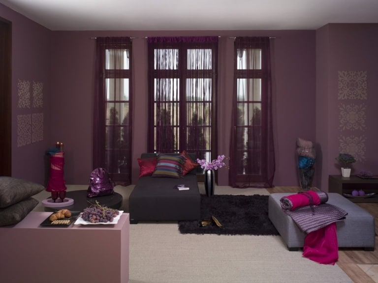 Pokój w fioletach pomalowany farbami z kolekcji Dekoral Eva Minge