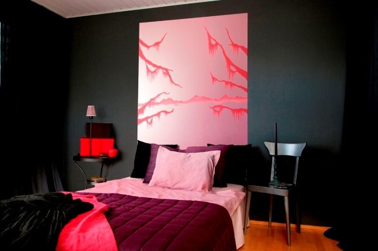 czarna ściana pomalowana, farba Tikkurila Optivia