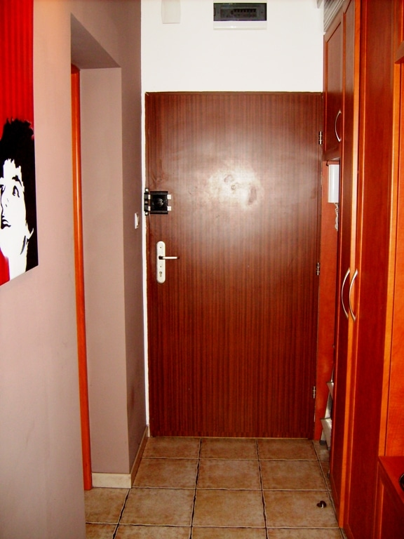 Drzwi wejściowe przed oklejeniem fototapetą