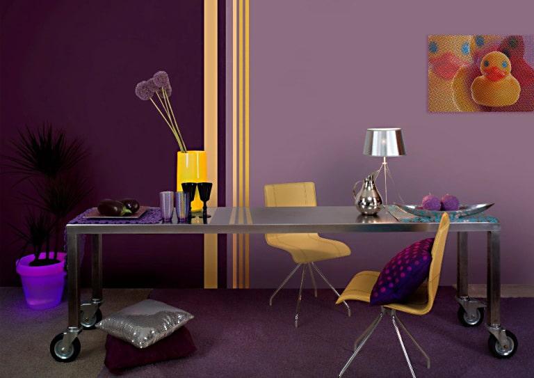 Dwa odcienie fioletu - farby z kolekcji  Dekoral Stereo Plus. Fiolet połączono z kolorem żółtym, co bardzo ożywiło pokój