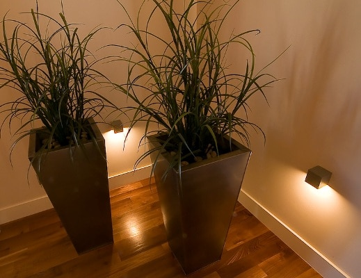 Światło nastrojowe podkreślające kąciki, lampki halogenowe. Projekt Studio Zero