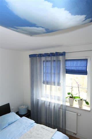 Sypialnia - górne światło ukryte za tkanina z nadrukiem chmur. Projekt Studio Zero