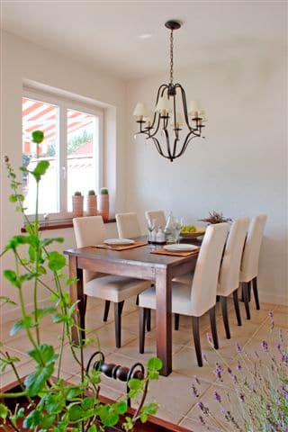Żyrandol jako oświetlenie stołu. Projekt Studio Zero