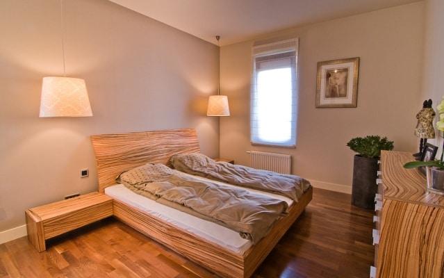 Sypialnia - lampy wiszące zamiast lampek nocnych. Projekt Studio Zero
