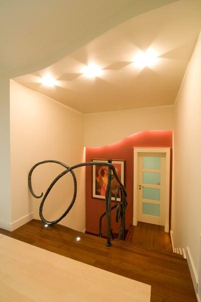 Ściana podświetlana wężem świetlnym. Projekt Studio Zero