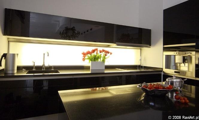 Podświetlana ściana w kuchni - lampki za szybą. Proj. Studio Zero