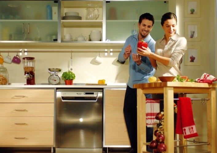 W kuchni zamiast płytek jest farba wodoodporna na ścianie. Urządzona sprzętami Hotpoit-Ariston