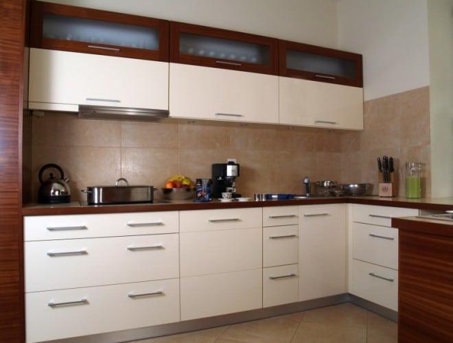 Kuchnia prosta, nowoczesna, łaczącą dwa kolory - drewno i kremową płytę MDF.
