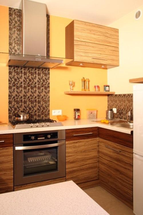 kuchnia z pasem ozdobnej glazury, z szafką maskującą licznik