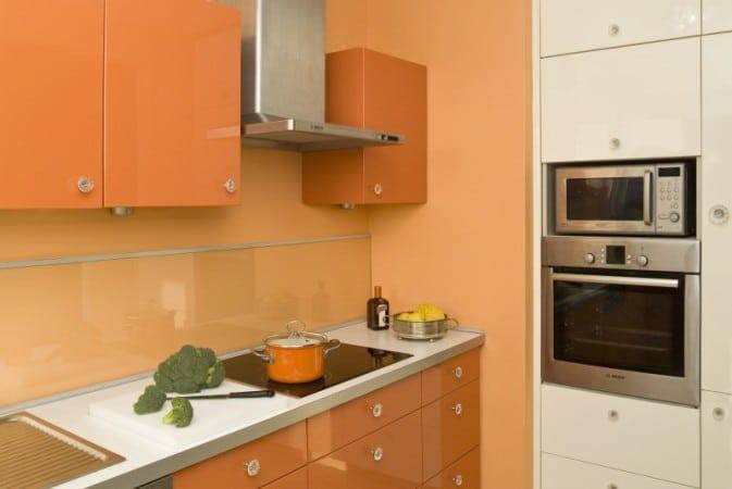 Kuchnia pomarańczowo-biała z kryształowymi uchwytami