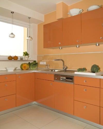 Kuchnia w delikatnym pomarańczowym kolorze - i meble i ściany