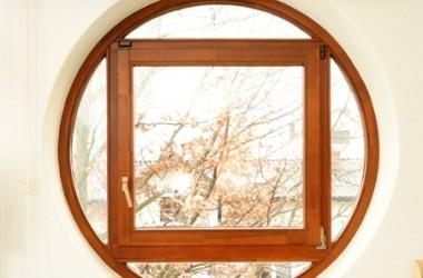 Czym zasłonić okrągłe okno?