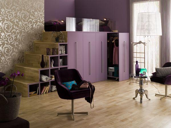 Podłoga w kolorze grab (deska barlinecka) pasuje do fioletowych ścian