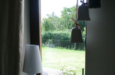 Dlaczego okna parują? Skąd woda na szybach?