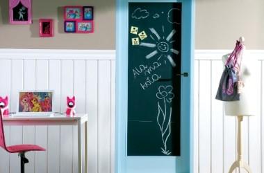 Drzwi – tablica do pisania. Pomysł do pokoju dziecięcego