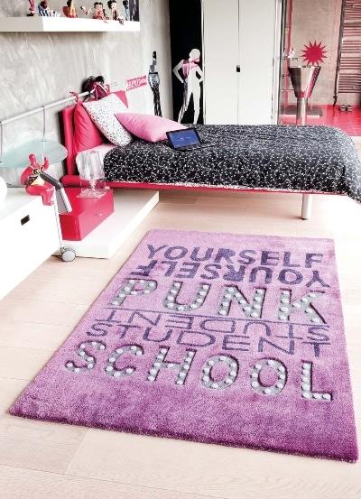 Na dywanie pisane wyk adziny dywany for Tapis chambre fille violet
