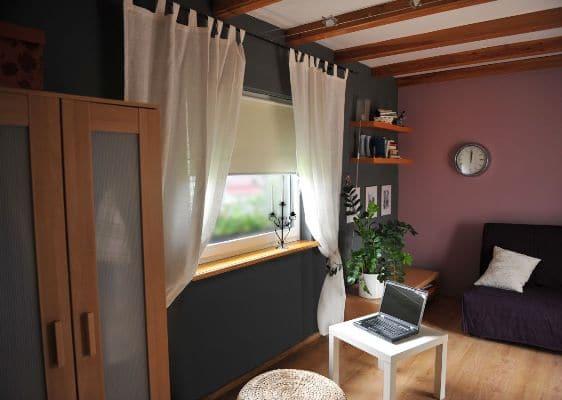 Rolety e-lotari.pl w pokoju z ciemnoszarymi ścianami i jasnymi meblami