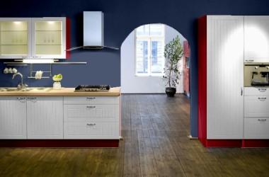 Dwie wersje kuchni z białymi meblami