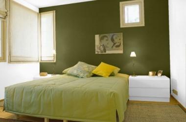 Białe meble w sypialni i kolor ścian