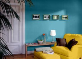 Żółty narożnik – niebieskie ściany