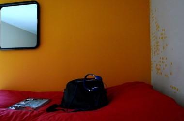 Czerwona kanapa w pokoju