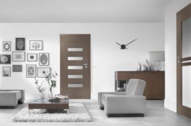 Białe ściany, jasna podłoga – jakie drzwi?