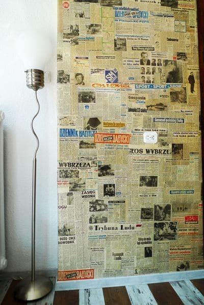 przedpokój - ściany wyłożone gazetami